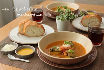 魚介のアラから濃厚な旨味を抽出する「スープ・ド・ポワソン」。こちらもワインとともに楽しみたい。 サフランで煮たじゃがいもに牡蠣・蟹を載せてスープの中に。