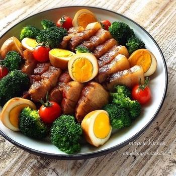 クリスマスや年末年始のごちそうにたっぷりのお肉に添えられた煮卵がアクセントとなって更に美味しそうに見えますね!  こちらのレシピでは豚ブロックも煮卵も常備しているおかずを使っていると紹介しています。ストックしている材料でこんなに立派な料理ができあがるんですね!
