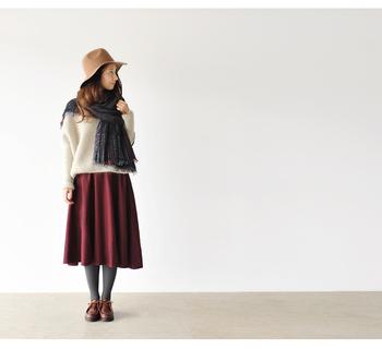 ほどよく広がるクラシカルな雰囲気のミモレ丈スカートにボルドーをもってくれば、一気に大人っぽい印象に仕上げてくれます。