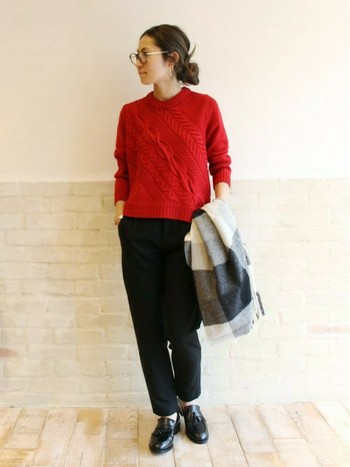 赤のアランセーターも素敵ですね。タイトめに着ると女性らしくなります。