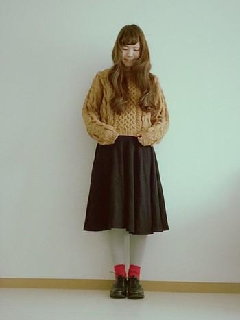優しいブラウンのアランセーターですね。短めの丈でスタイルアップすることができます。冬はシンプルになりがちなので靴下で遊んでも良いですね。