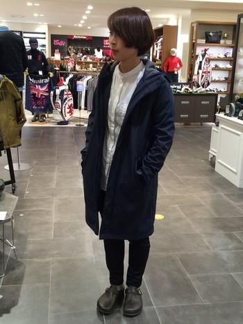 保温性と防風性に優れたソフトシェル素材を使ったスタイリッシュなコートにシャツをあわせた、キレイめカジュアルなアウトドアスタイル。