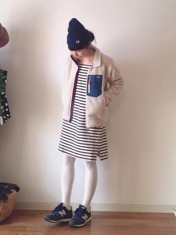 ボーダーワンピース×ボアジャケットは最高にかわいらしい組み合わせですね。タイツも白で爽やかな冬コーデ。ネイビーのスニーカーでしっかり締めて。