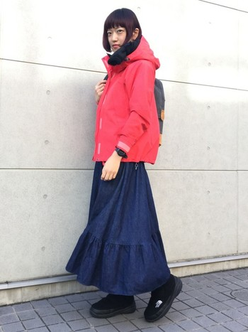 アウトドアスタイルにロングスカートって一見ミスマッチな感じがするけど、これもかわいい!歩きやすいブーツを合わせれば動きやすくて◎ですね。