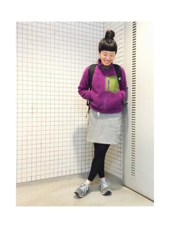 鮮やかなパープルのボアジャケットにグレーのミニスカートがとってもよく合っています。スニーカーもグレーで統一。スウェットスカートは足さばきもよくアウトドアに最適。