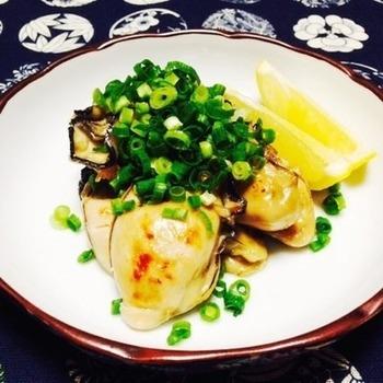 フライパンで簡単調理!!ぷりっぷりの焼き牡蠣をさっぱりとレモンをかけてお召し上がりください♪