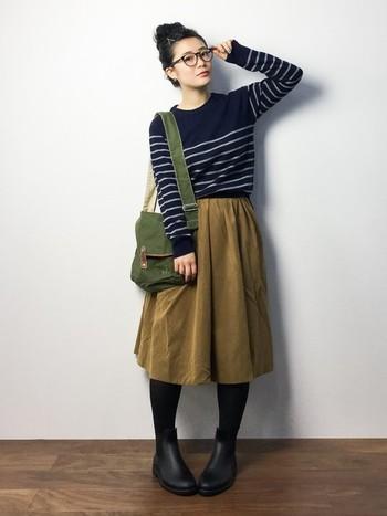 温かい質感のグログラン地のスカートにアースカラーのショルダーバッグを合わせたコーデ。着飾らないナチュラルな雰囲気がポイント。お気に入りのカフェでお茶する時にいかがですか?