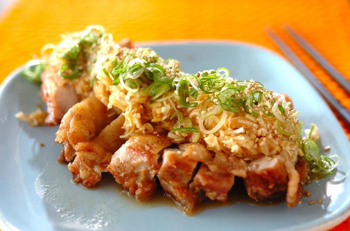 ジューシーに揚がった鶏肉とたっぷりネギがおつまみにぴったり!食べ応えがあるので、仲間の集まる家飲みにぴったりですね。