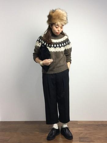 トラディショナルな柄のニットと黒のセンタープレスのパンツがメンズライクなスタイルです。ベージュのファーは柔らかさを加えてくれますね。