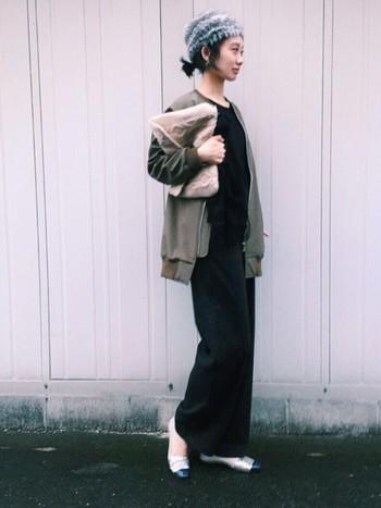 足首まである黒のロングワンピ。華奢なパンプスとファー小物できれいめスタイルが実現!帽子だけでポイントになるので、全体的にシンプルスタイルでも物足りなさを感じません。