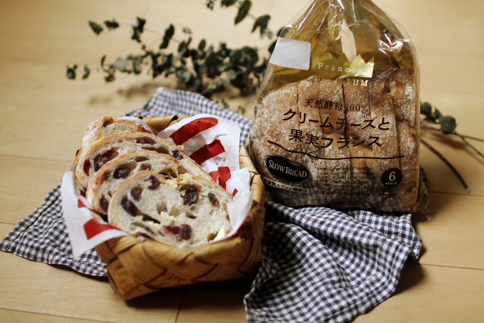 様々な種類が楽しめる「SLOW BREAD」シリーズの中でも、フランソアプレミアム(最高品質)と謳われている「クリームチーズと果実フランス」。2種類の果実を練り込んだ生地でクリームチーズをふんだんに手包みし、ひとつひとつ丁寧に焼き上げた贅沢な逸品なのです。実はSNSでも「ノーベル賞もの!」と絶賛の投稿が続出し話題に。ほどよい酸味とコクのあるクリームチーズと、甘酸っぱいクランベリー&レーズンの絶妙なハーモニーが口いっぱいに広がります。