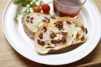 パン、果実、チーズが一緒になった「クリームチーズと果実フランス」なら朝食にもぴったりのバランス。しかも6枚にスライスされているので、袋から出してそのまま朝食の一品になりますね。