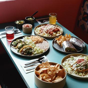 「HASAMI PORCELAIN」のシンプルなデザインと独特なカラーは、いつものお料理をさらに引き立ててくれます。プレートだけ並べてもこんなにステキな食卓に。