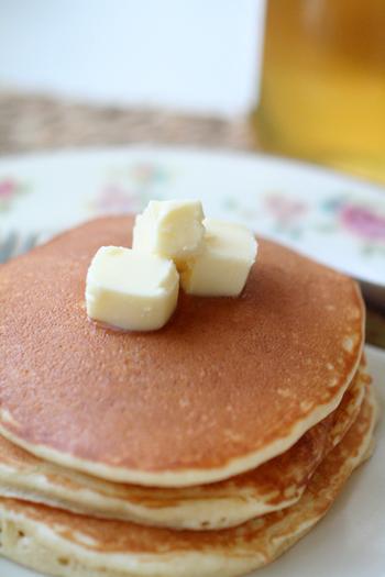 朝ごはんにもぴったりなパンケーキは、作り方を覚えておくとなにかと便利。こちらのレシピはベーキングパウダー、バニラエッセンスを使わずに作ります。泡立てた卵白を消さないように混ぜるのが、ふんわりさせるポイントです。