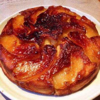ホットケーキミックスを使って作ったタルトタタン。これからりんごがおいしい季節。難しそうなお菓子もフライパンひとつでできちゃいます。