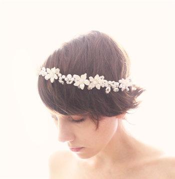 トップにボリュームを持たせて毛先を外ハネさせたラフなスタイル。可憐な花冠は清楚で正装感があります。