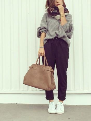 今年は、グレーのニットを着ている人も多いですね。大きめのニットをくしゅっとパンツにインして。女の子らしい、よく歩く日のデートなんかにも、もってこいのコーデかもしれません♪