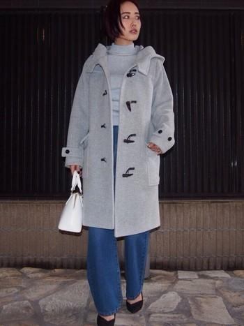 ロング丈のボリュームのあるダッフルコートも、デニムやインナーの色をワントーンで合わせれば、いつものコートを使ったコーデも今年らしく生まれ変わりますよ♪