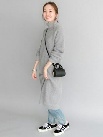 スニーカーと、バッグを黒で統一すれば、カジュアルすぎないお出かけスタイルの完成です。