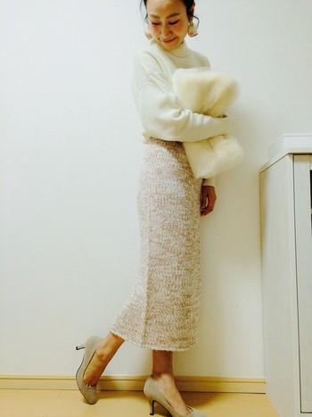 白とベージュでまとめて、柔らかでエレガントな雰囲気が漂います。メランジ見えのミックス感がポイントのニットスカートで、周りとは一味違う素敵なコーデに仕上がっています。