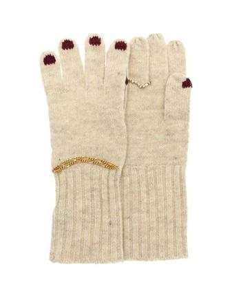 まるで素手かと思うような華やかな手袋。指先にはネイル、左手首にはチェーンのブレスレット。そして右手薬指にはチェーンのリングがキラリと光っています。ふっくらとした柔らかい手触りと、手首まわりはしっかりしたリブ編みになっていて長めで、アクセサリー感覚で付けられるのにとても温かく実用的です。