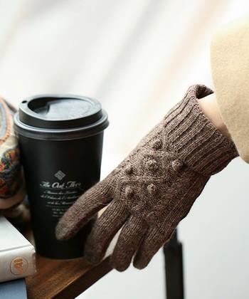 手袋といえば、ぬくもりある表情が魅力のニットの手袋は外せません!こちらは、表情豊かなケーブル編みで、あたたかい色味もとってもかわいい♪タッチパネルにも対応している優秀アイテムです。