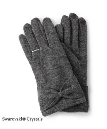 左手薬指にきらめくリングモチーフが目を引く手袋。リングモチーフの部分にはスワロフスキーが使用され、とっても豪華!クリスタルが光に当たるたびきらめきます。手首のリボンもかわいらしく、フェミニンな手袋に仕上がっています。