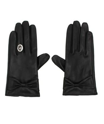 レザー仕様の手袋にきらきらのジュエリーモチーフが美しいおしゃれアイテム。まるでエンゲージリングを上からしているような見映えするキュートなデザインで、とっても素敵!シンプルなコーディネートのアクセントに使いたい手袋です。