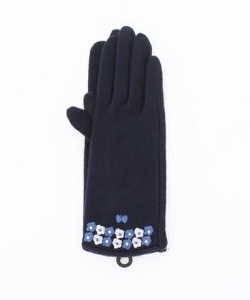 蝶と花の刺繍をあしらった、かわいらしい手袋。刺繍が美しく品の良さを感じます。袖からちらっと見える、さりげないおしゃれを楽しみたい♫