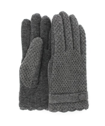 ふんわりとした鹿の子編みが温もりあふれるニットグローブ。手首のボタンとベルト風のアクセントがポイントで、上品な仕上がりになっています。