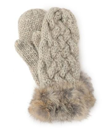 ころんとかわいい形がたまらないケーブルミトンも、冬に身に付けたくなるアイテム!ざっくり編みのケーブル模様とふんわりファーが可愛らしく、防寒対策もばっちりです。