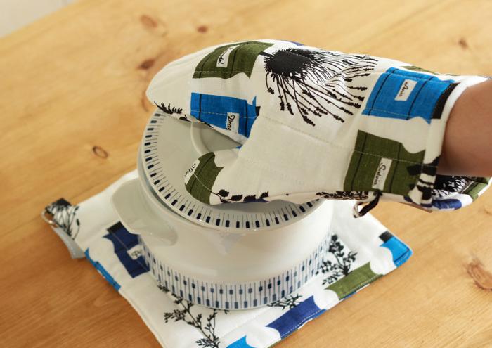 『ペーションさんのスパイス棚』。スウェーデン、テキスタイルデザインの巨匠アストリッド=サンぺ氏のデザイン。名前の通り、友人であるペーション・メリン氏宅に並んだスパイスポットをヒントに描かれた、生命力あふれるミトンです♪