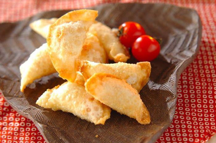 お餅と明太子を餃子の皮でくるんで揚げたビールにぴったりのおつまみです。明太子の他にもチーズや昆布などを入れても良さそう!