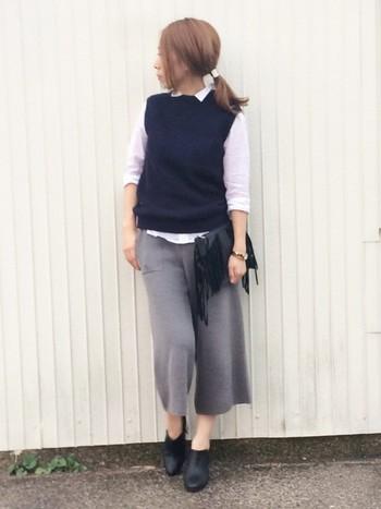 シャツに紺色ベストと、グレーのニットガウチョを合わせたスクールガール風なコーデ♪バッグと靴を黒でまとめたことで、コーデが引き締まっているようです。