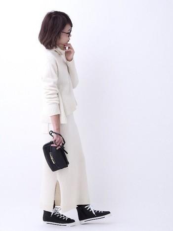 パンツスタイルはどうしても白の分量が多くなってしまいがち。そんなときは小物で工夫しましょう。