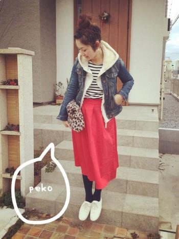 デニムジャケットにパーカーを重ねれば、可愛く防寒対策も!難しそうな赤いスカートもデニム地にはぴったりです。