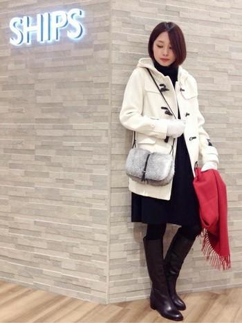 こちらはホワイトカラーのムートン手袋を合わせたコーディネート。同じく白のダッフルと合わせて、シンプルな冬のマリンルックに☆