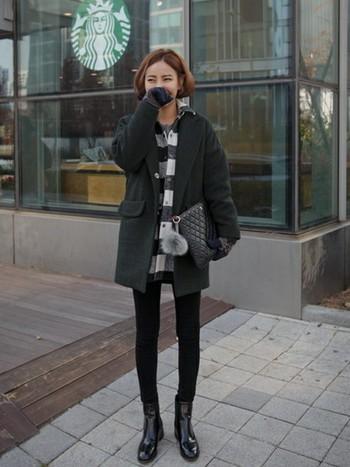 メンズライクなコーデとニットの手袋を合わせて。冬らしいノルディック柄の手袋使いによって、クールなコーデを優しい雰囲気に和らげています。