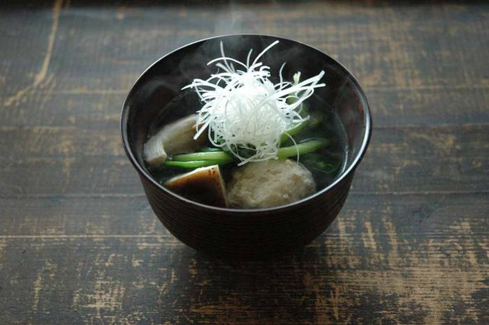 鶏団子を昆布のお出汁で茹でて、そのままスープにしてしまいます。前日のお鍋の鶏団子を少し残しておいても作っても良さそうですね。椎茸とほうれん草が入ったレシピですが、具材は季節に合わせて工夫してみて下さいね。