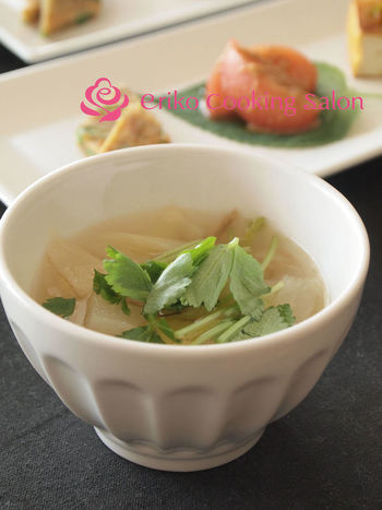冬に美味しいおねぎと大根のスープです。ついつい余ってしまいがちの大根を活用出来る嬉しいレシピ。ごま油の香りが食欲をそそります。