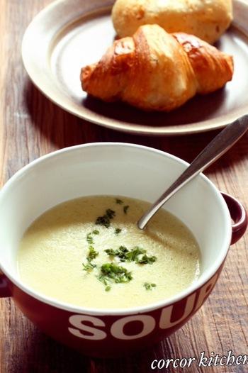 甘いさつまいもで作りたいポタージュスープ。豆乳を使ったヘルシーレシピです。食物繊維たっぷりで、お腹にもたまって、自然の甘味が楽しめる贅沢なスープですね。お子様にもオススメです。
