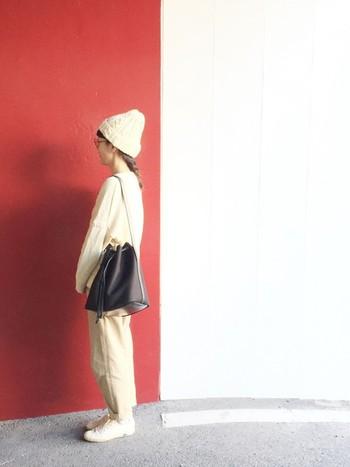 ニットにスニーカー、ニット帽も白! ホワイト×ベージュのお手本にしたい、素敵なコーディネートです。差し色に濃い目のバッグなど小物をプラスするとしまります♪