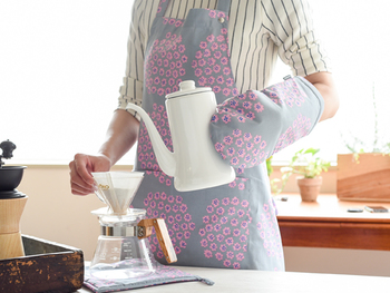 小花のブーケをちりばめた可愛らしいデザインは『プケッティ』。キッチン空間が柔らかく彩られます。