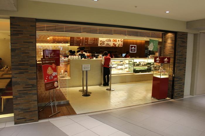 マールブランシュは、京都の北山に本店がある洋菓子店です。京都らしい和のテイストを取り入れたスイーツが大人気です。中でも「茶の菓」は京都土産の定番となっています。京都駅近鉄名店街の直営カフェでも手に入りますよ。
