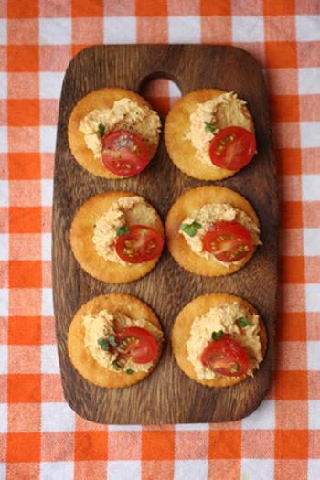 すりおろしたニンジンとクリームチーズ、ツナをまぜあわせたディップ。クラッカーにのせてトマトを飾れば、簡単にパーティ用のお料理に。