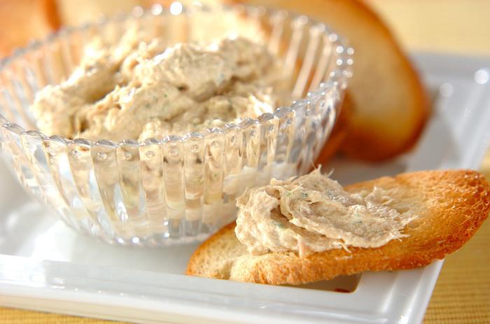 ツナ、セロリ、にんにく、オリーブオイル、生クリーム、マスタードをすべて入れて混ぜるだけ。パンとの相性は最高です。