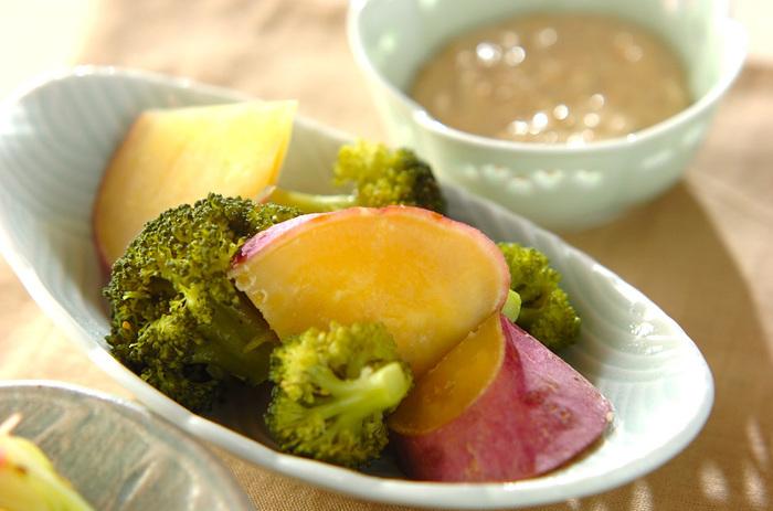 みそとマヨネーズと白ゴマ、生姜汁、砂糖をまぜあわせた濃厚なディップ。お野菜との相性はばっちりです。
