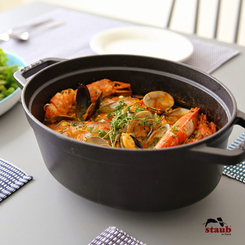 フランス・アルザス地方生まれの調理器具メーカー「STAUB(ストウブ)」の、鋳物ホーロー製調理鍋。本国フランスでは、一般の家庭はもちろん、特にプロの料理人に愛用者が多いのだそうです。