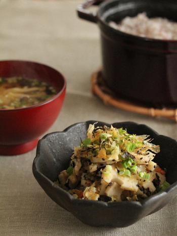 ニンジンと一緒に、ごま油と塩麹でさっと炒めて作る一品。塩麹のパワーでますます体に優しくて美味しそうです。