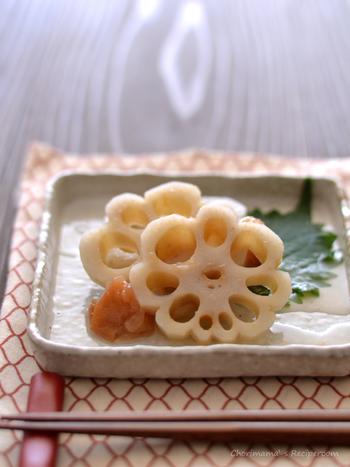 レンコンの穴を活かして花の形に切り、レンコンにしか作れない華やかさをおせちにプラスしましょう。シンプルな味付けに箸が止まりません。